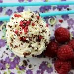 Hindbærdrømme – cupcakes med kokos, mandelmel og hvid chokolade