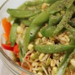 Thaistegte kyllingefrikadeller med asiatisk salat på persillerod