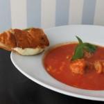 Hot tomatsuppe med kødboller